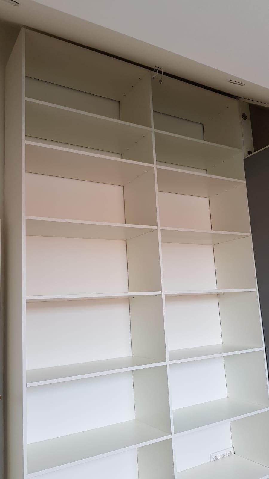 Boekenkast kamer hoog opmaat gemaakt