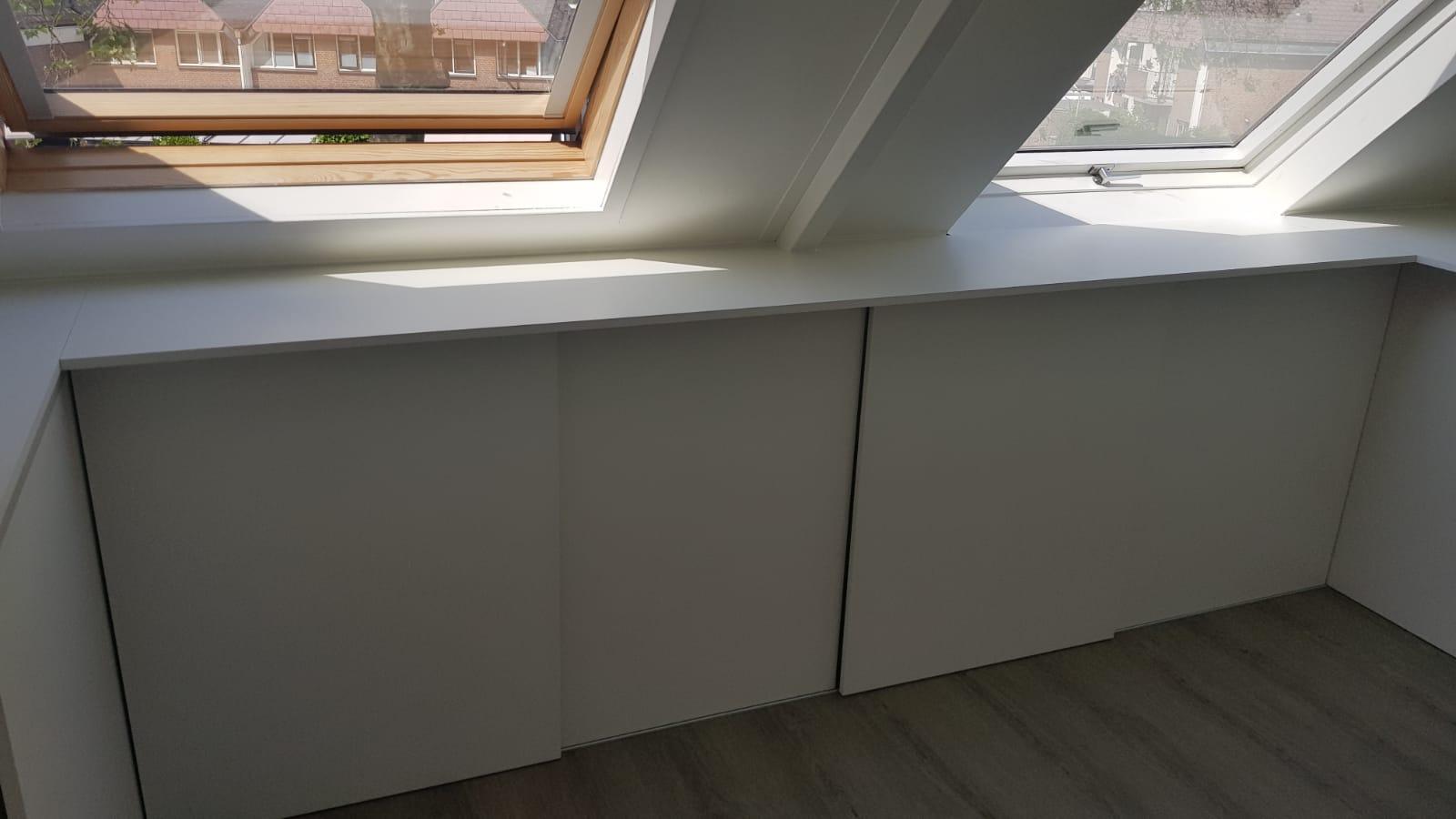 Schuifdeursysteem met werkblad onder schuin dak